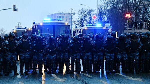 Сотрудники правоохранительных органов на Страстном бульваре во время несанкционированной акции сторонников Алексея Навального в Москве