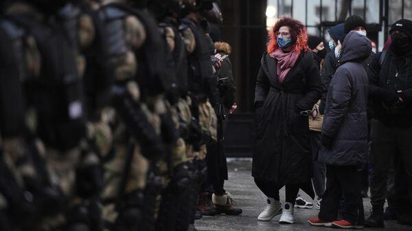 Сотрудники правоохранительных органов и участники несанкционированной акции сторонников Алексея Навального в Москве