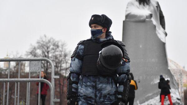 Сотрудник Росгвардии на Театральной площади в Москве во время несанкционированной акции сторонников Алексея Навального