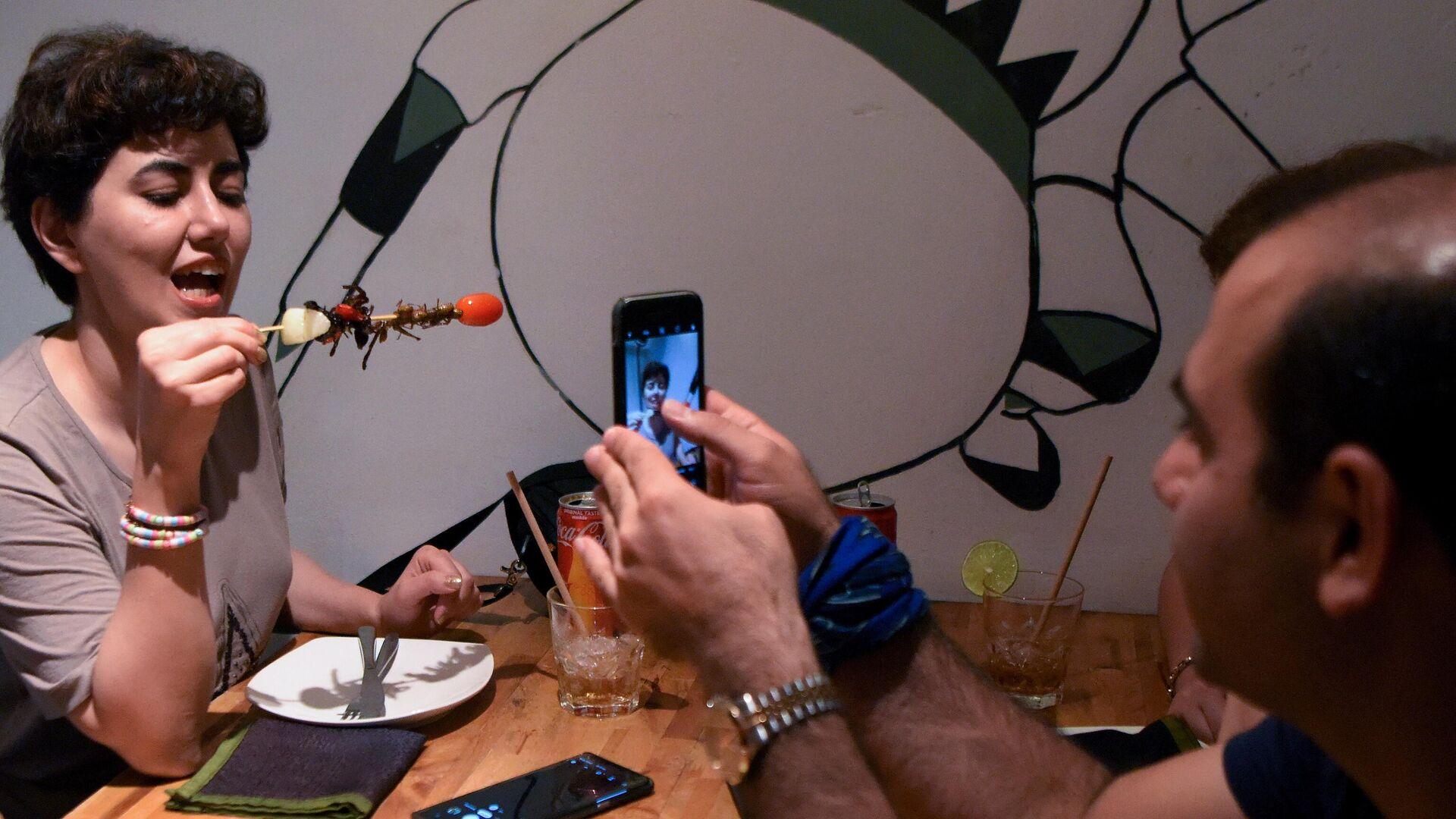 Посетительница ресторана Bugs Cafe со сверчком на шпажке - РИА Новости, 1920, 24.01.2021