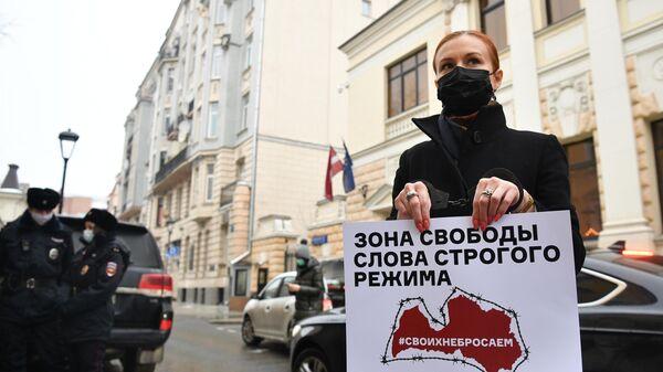 Мария Бутина в одиночном пикете против травли работников российских СМИ в Латвии и Прибалтике у посольства Латвии в Москве