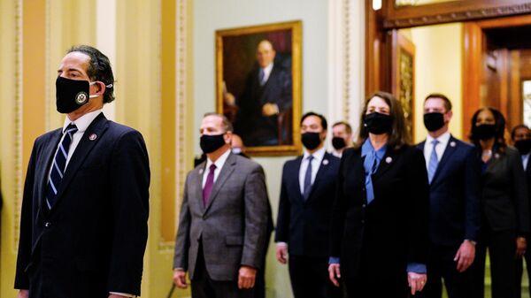 Представители нижней палаты конгресса США доставляют в сенат положение об импичменте бывшему президенту Дональду Трампу, в котором говорится о подстрекательстве к восстанию