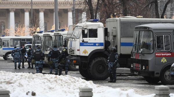 Сотрудники полиции на Театральной площади в Москве