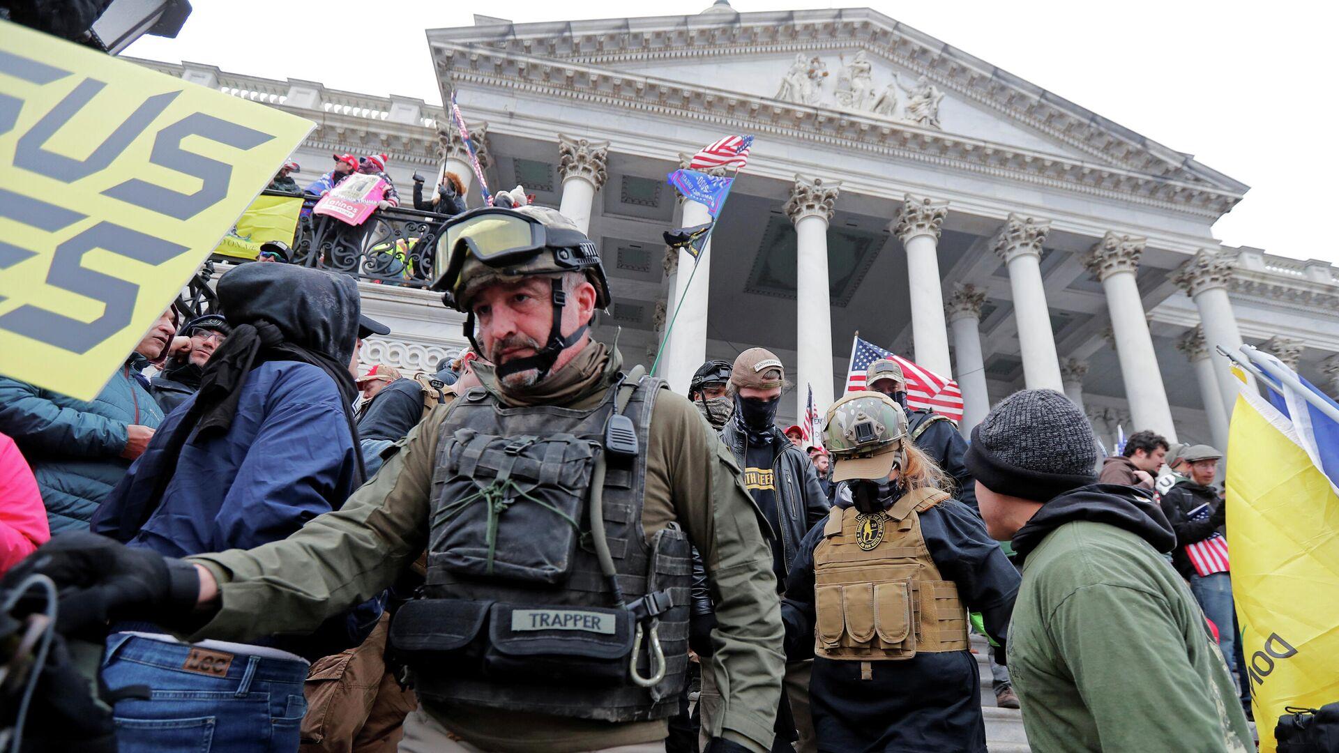 Члены организации Oath Keepers во время штурма Капитолия в Вашингтоне  - РИА Новости, 1920, 21.02.2021