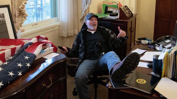 Ричард Барнетт cидит за столом спикера Палаты представителей Нэнси Пелоси