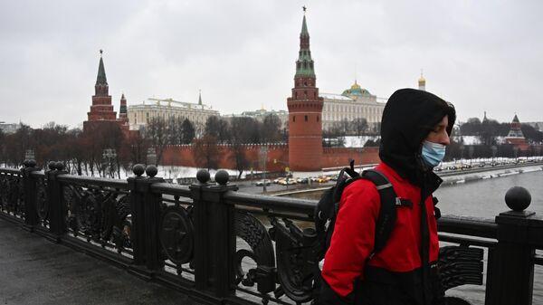 Прохожий на Большом Каменном мосту в Москве