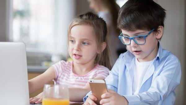 Дети в телефоном и перед компьютером