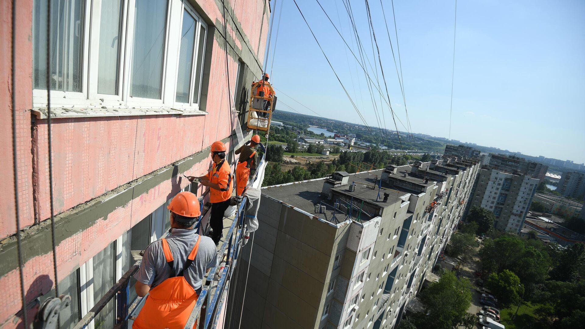 Рабочие проводят ремонт жилого дома - РИА Новости, 1920, 23.06.2021
