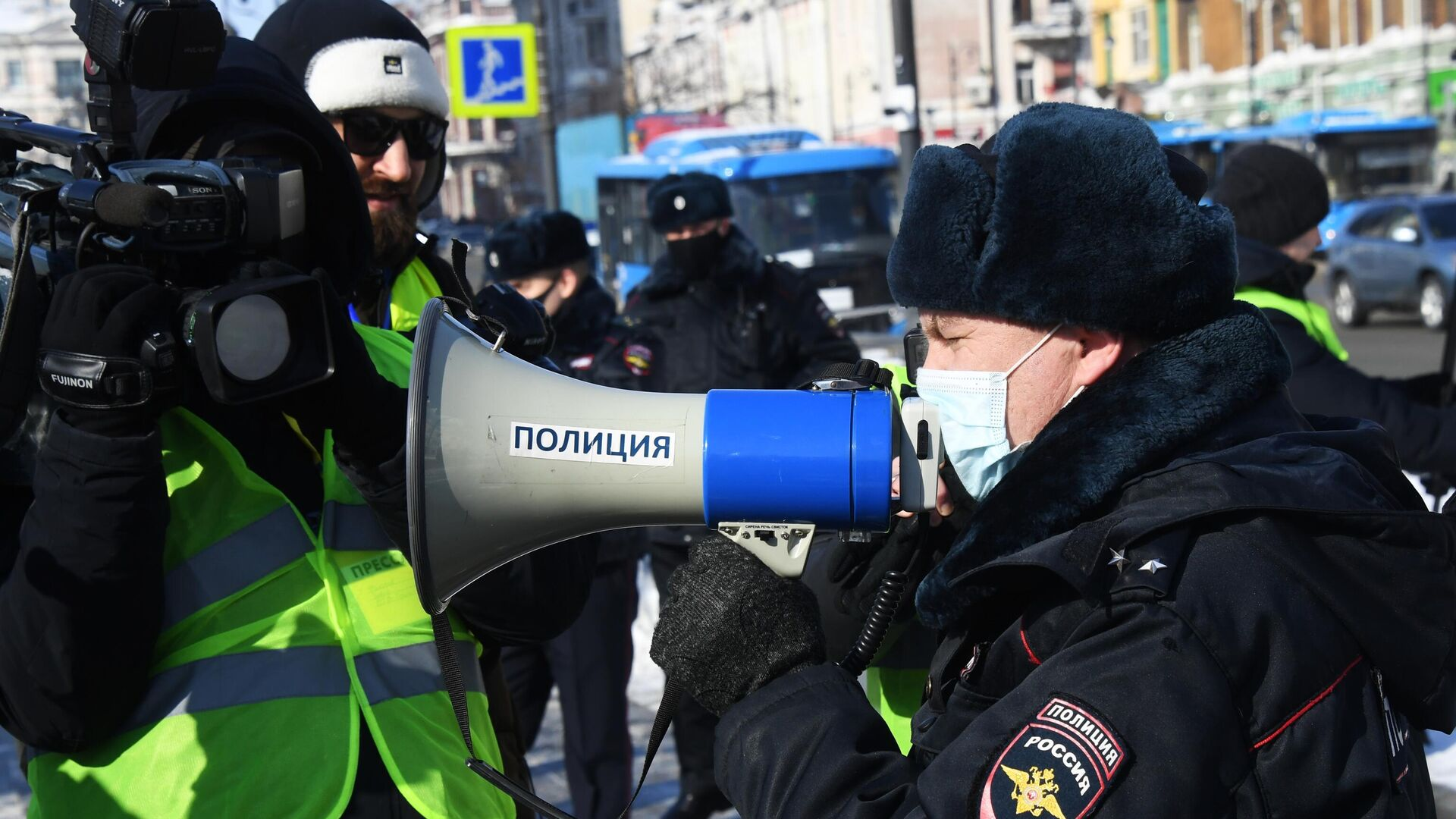 Сотрудник правоохранительных органов и журналисты во время несанкционированной акции протеста во Владивостоке - РИА Новости, 1920, 05.02.2021