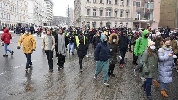 Участники несанкционированной акции сторонников Алексея Навального в Москве идут по Каланчевской улице