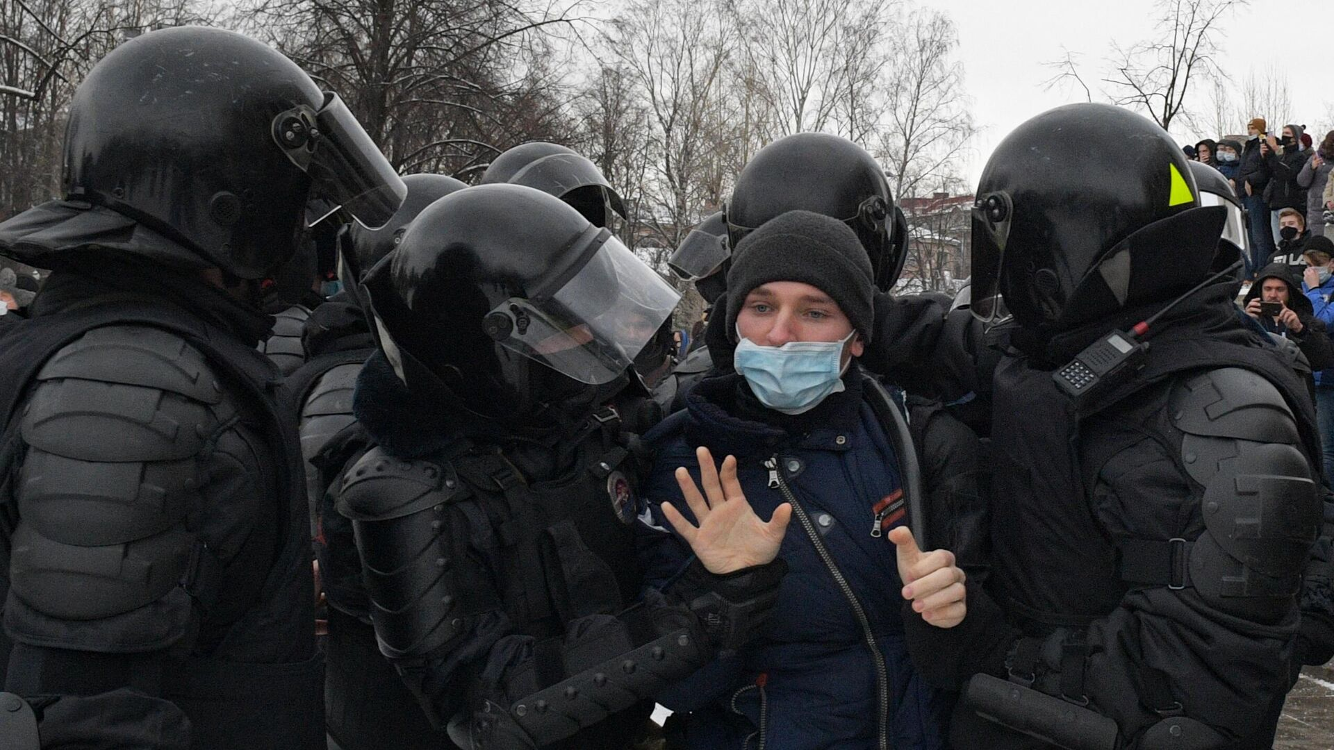 Сотрудники правоохранительных органов задерживают участника несанкционированной акции сторонников Алексея Навального  - РИА Новости, 1920, 01.02.2021
