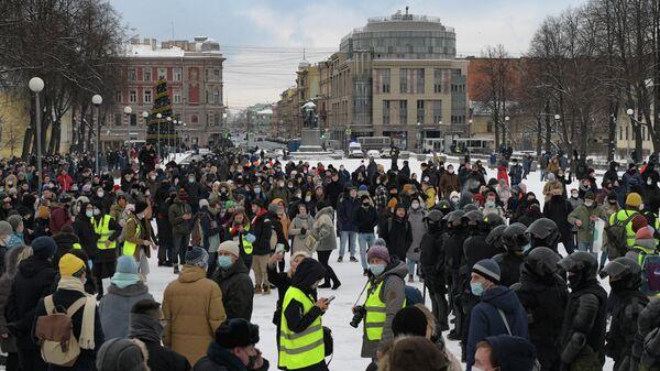 Сотрудники правоохранительных органов и участники несанкционированной акции сторонников Алексея Навального в Санкт-Петербурге
