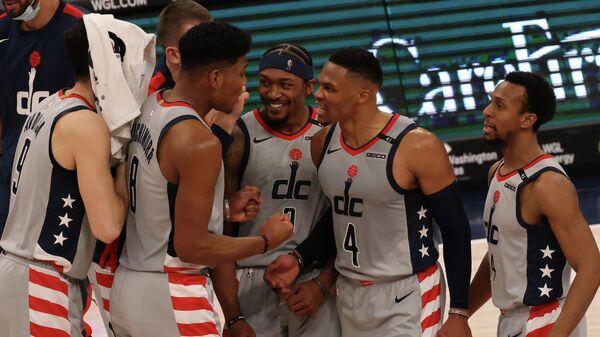 Расселл Уэстбрук (№4)  с партнерами по команде НБА Вашингтон Уизардс