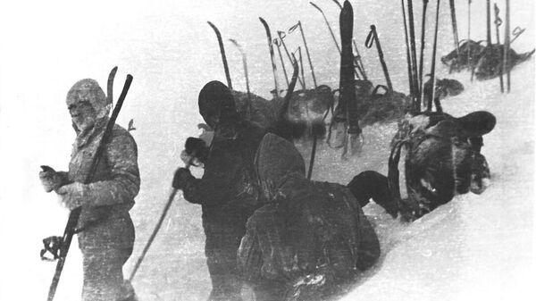 Дятловцы ставят палатку на склоне горы Холатчахль