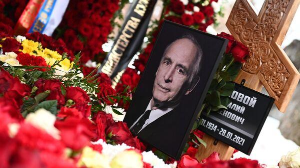 Портрет на могиле народного артиста СССР Василия Ланового на Новодевичьем кладбище