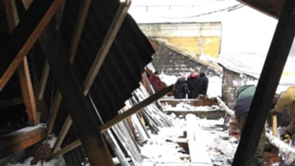 Крыши двух многоэтажных домов провалились под тяжестью скопившегося снега в Новокузнецке