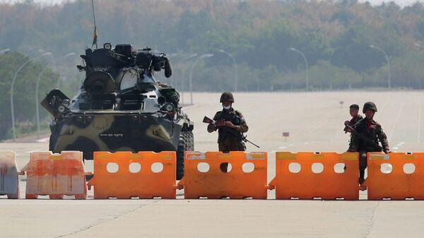 Военные на контрольно-пропускном пункте на пути к зданию конгресса в Нейпьито, Мьянма