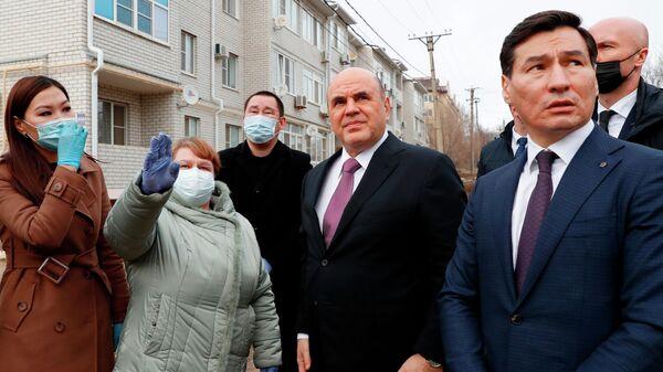 Председатель правительства РФ Михаил Мишустин во время беседы с жителями многоквартирного жилого дома, пострадавшего от взрыва бытового газа, в Элисте