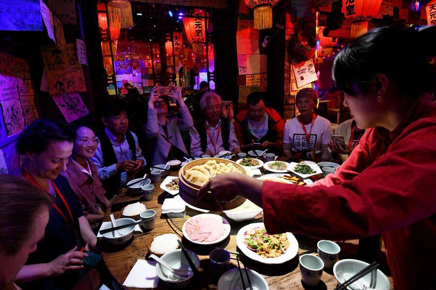 Туристы в одном из китайских ресторанов в Пинъяо
