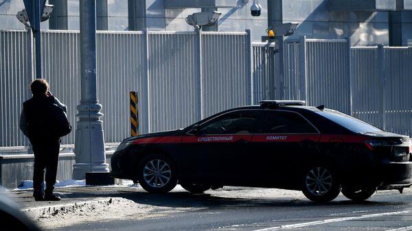 Служебный автомобиль возле здания Следственного комитета РФ в Москве