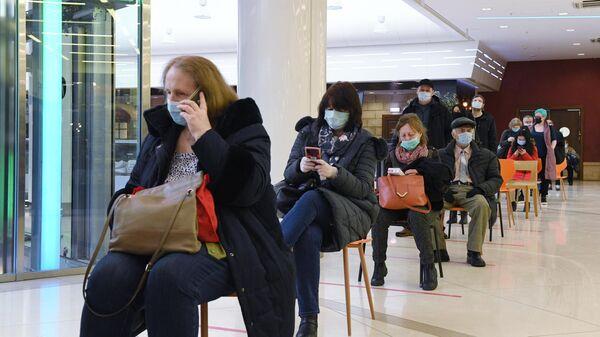 Очередь в прививочный пункт в торговом центре Калейдоскоп в Москве
