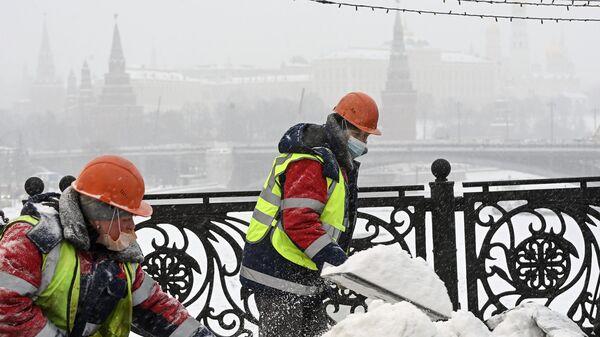 Очистка от наледи Патриаршего моста