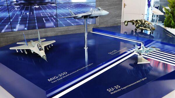 Модели самолетов, МиГ-35Д, Су-57Э и Су-35  на стенде Рособоронэкспорта на международной выставке Aero India 2021