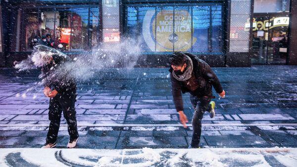 Люди играют в снежки на Таймс-сквер в Нью-Йорке