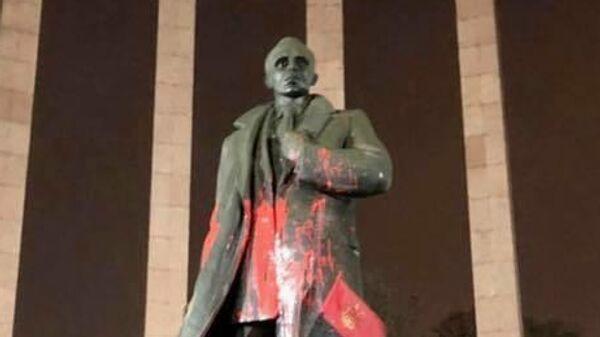 Памятник Бандере во Львове облили краской
