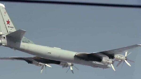 Стратегический бомбардировщик-ракетоносец Ту-95МС во время полета в Амурской области