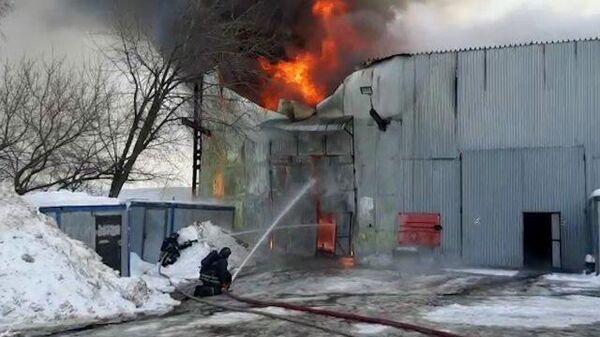 Пожарные МЧС тушат горящий металлический ангар на Варшавском шоссе в Москве