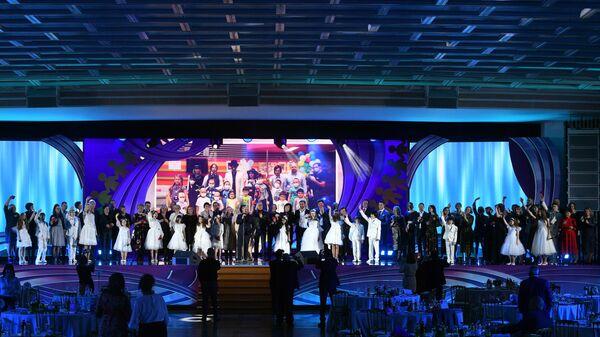 Лауреаты и артисты во время окончания торжественной ежегодной церемонии вручения премии ассоциации онкологических пациентов Будем жить! в Государственном Кремлевском дворце