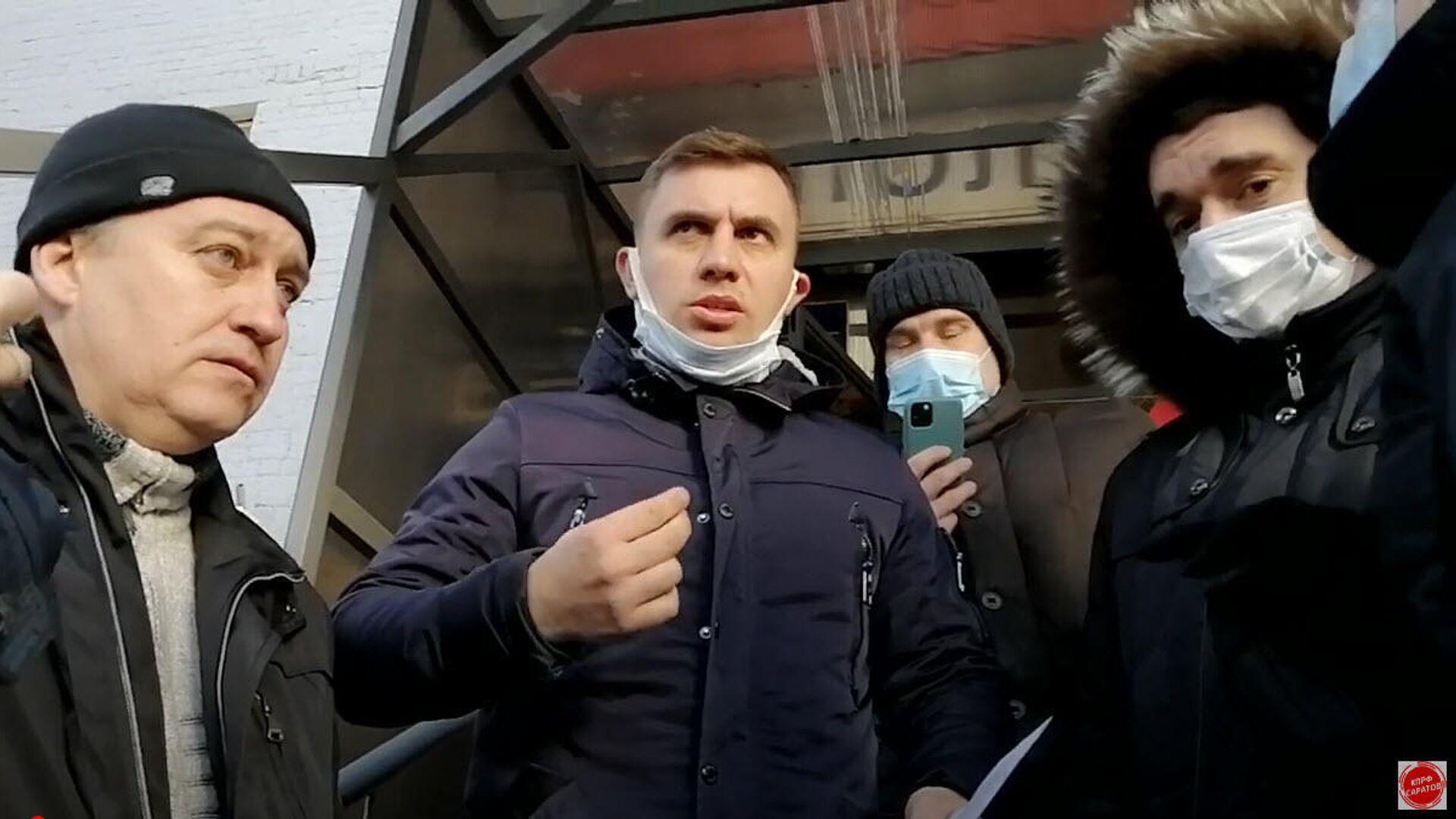 В Саратове депутат облдумы от КПРФ Николай Бондаренко вышел из полиции - РИА Новости, 1920, 09.02.2021