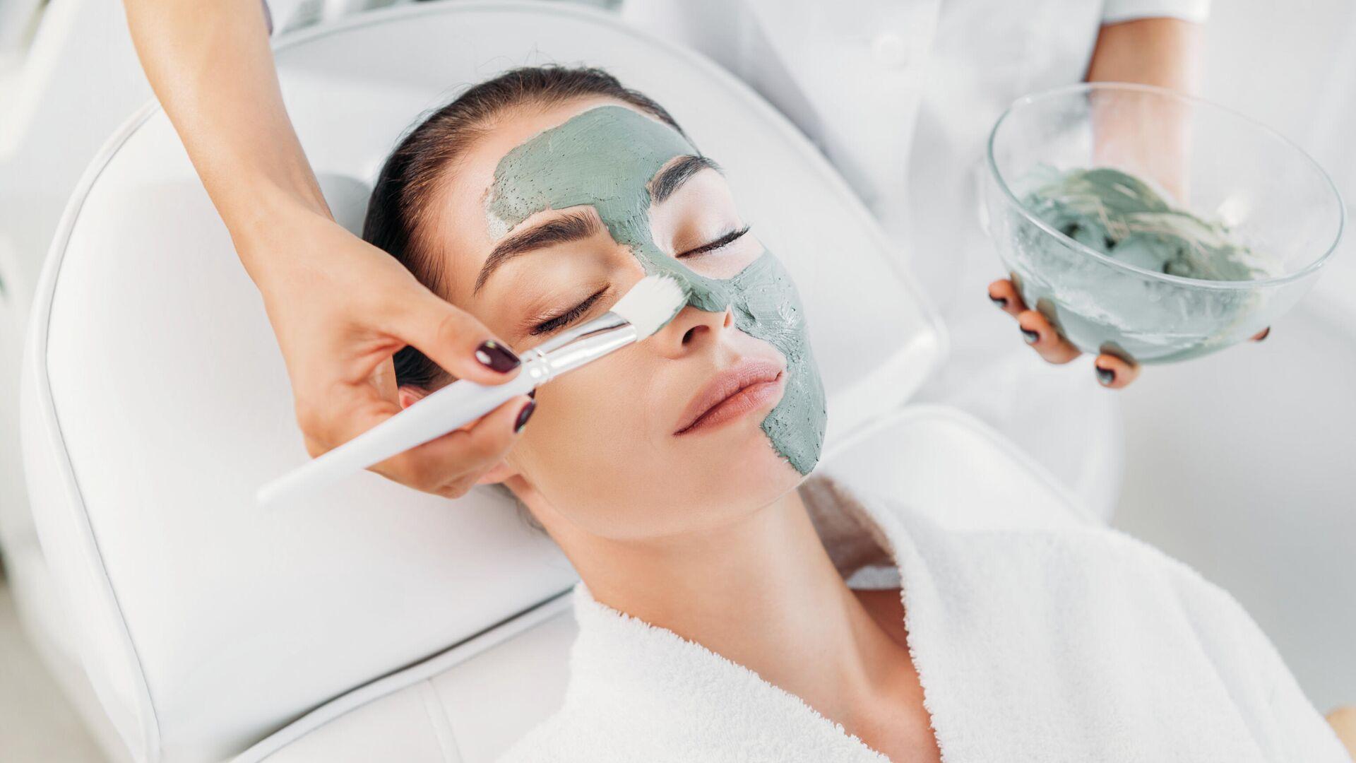 Косметолог делает маску из глины девушке в спа-салоне - РИА Новости, 1920, 08.04.2021