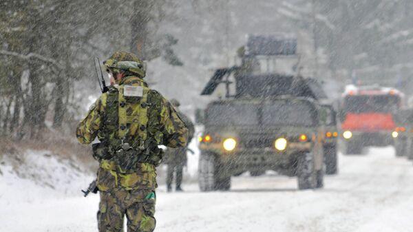 Чешский военнослужащий во время учений в Хоэнфельсе, Германия