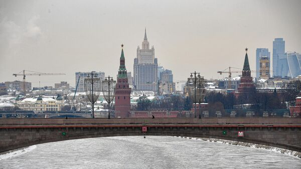 Вид на башни московского Кремля и здание МИД