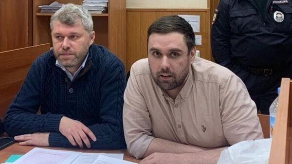 Муниципальный депутат Константин Янкаускас (справа) в Басманном районном суде Москвы