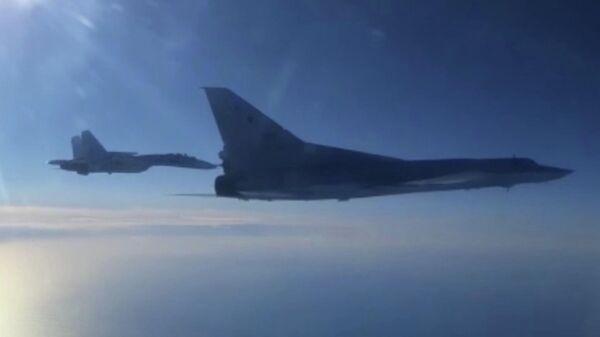 Дальний бомбардировщик Ту-22М3 Воздушно-космических сил России выполняет плановый полет в воздушном пространстве над нейтральными водами акватории Черного моря. Кадр видео