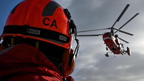 Сотрудник Московского авиационного центра (МАЦ) во время показательной тренировки уникальной службы воздушных спасателей с участием нового пожарного вертолета Ка-32А11ВС, приспособленного для полетов в сложных метеоусловиях