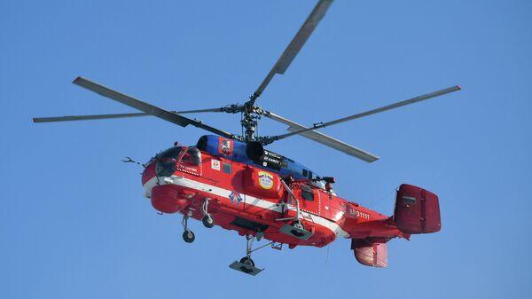 Новый пожарный вертолет Ка-32А11ВС, приспособленный для полетов в сложных метеоусловиях, во время показательной тренировки уникальной службы воздушных спасателей Московского авиационного центра