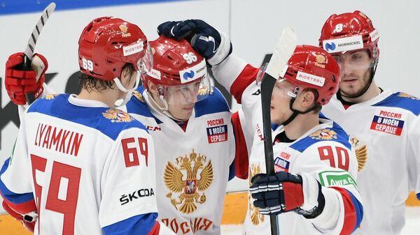 Игроки сборной России радуются заброшенной шайбе в матче второго этапа Еврохоккейтура 2020/21 Кубок Первого канала между сборными командами России и Финляндии.