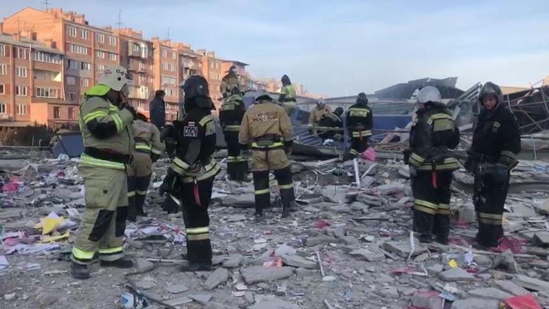 Сотрудники МЧС России разбирают завалы на месте взрыва в супермаркете на улице Гагкаева во Владикавказе - РИА Новости, 1920, 12.02.2021