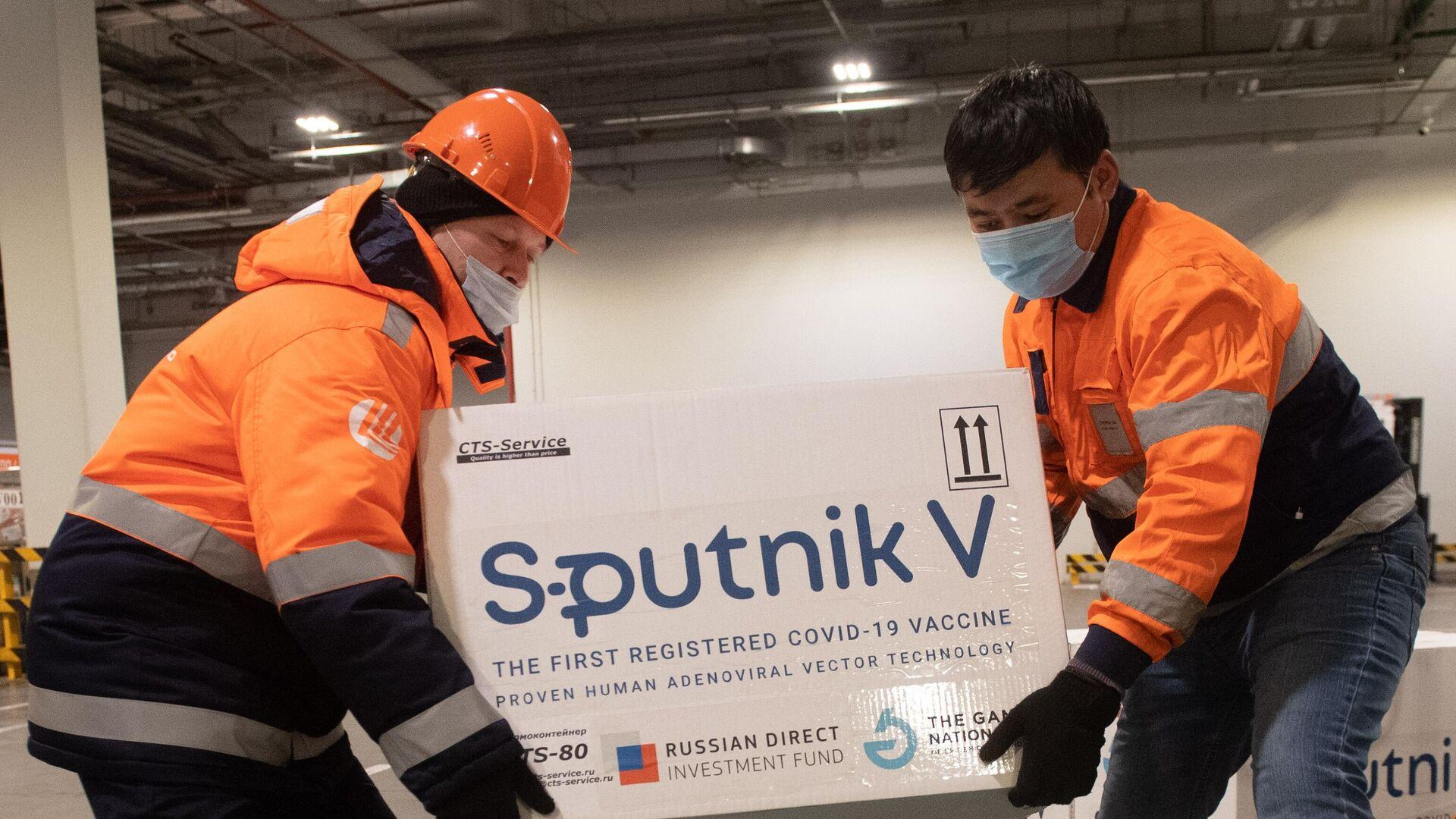 Доставка вакцины Sputnik V на склад в грузовой терминал Москва Карго - РИА Новости, 1920, 28.02.2021