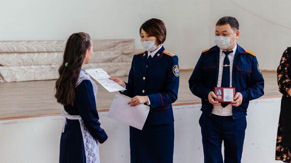 Школьницу в Бурятии наградили медалью за спасение из огня брата и сестры