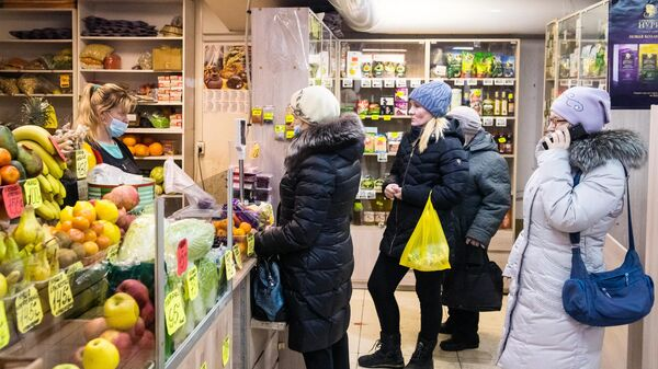 Люди в очереди в одном из продуктовых магазинов в Ижевске
