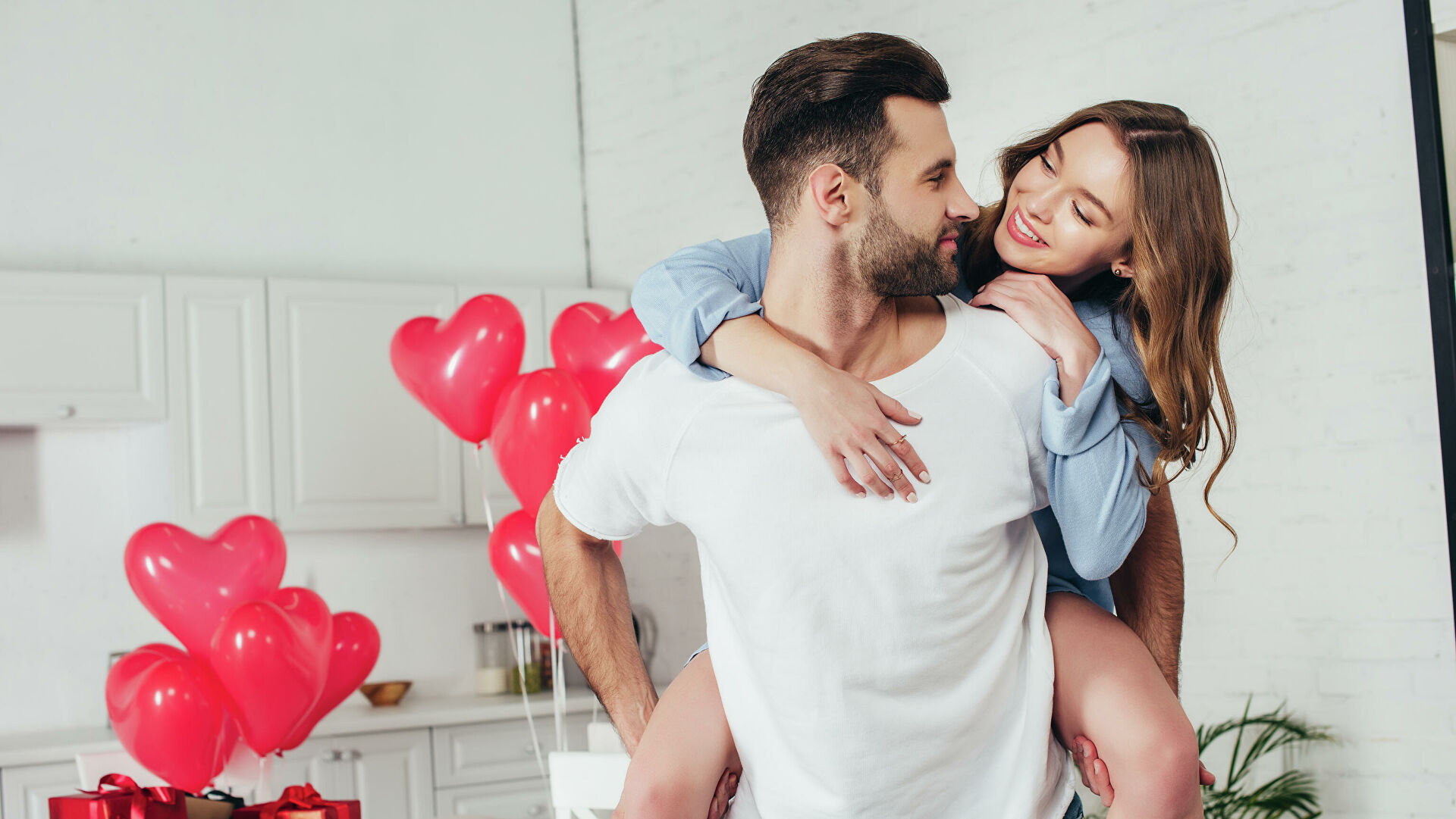 Парень и девушка отмечают День святого Валентина - РИА Новости, 1920, 14.02.2021