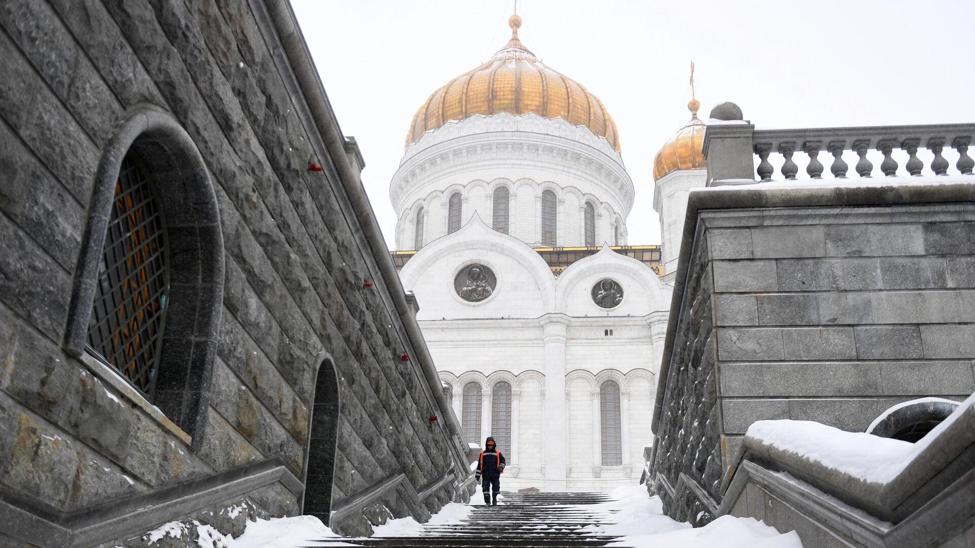 Сотрудник коммунальных служб возле храм Христа Спасителя в Москве - РИА Новости, 1920, 04.03.2021