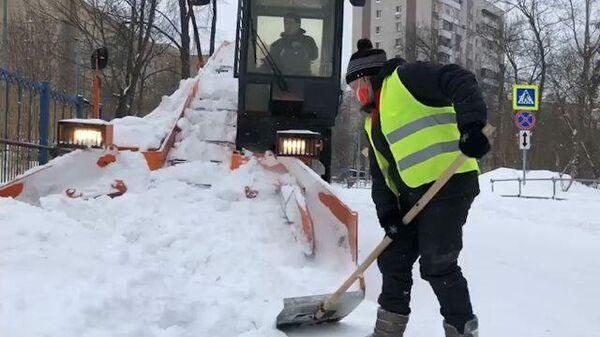 Спецтехника и лопаты: город борется со снежными завалами