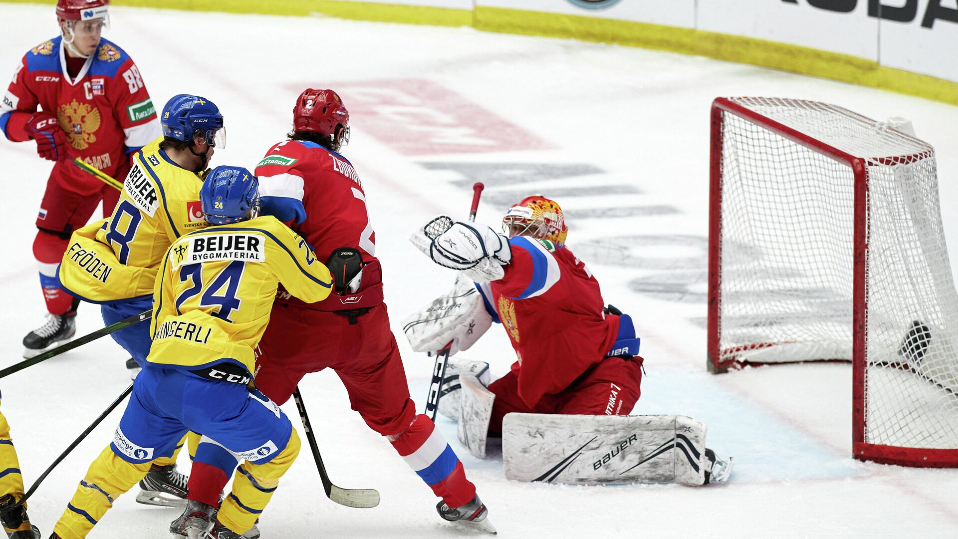 Russia's goalkeeper Alexander Samonov (R) makes a save during the Beijer Hockey Games (Euro Hockey Tour) ice hockey match between Sweden and Russia in Malmo on February 13, 2021. (Photo by Anders Bjuro / TT NEWS AGENCY / AFP) / Sweden OUT - РИА Новости, 1920, 13.02.2021