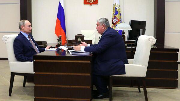 Президент РФ Владимир Путин и директор, председатель правления, заместитель председателя совета директоров компании Роснефть Игорь Сечин во время встречи